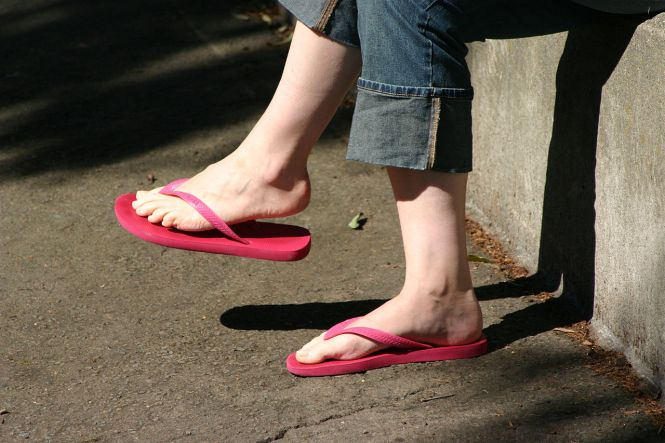1280px-Woman_wearing_red_flip_flops